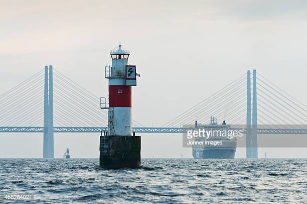 ferry on sea, oresund bridge in background - regione dell'oresund foto e immagini stock