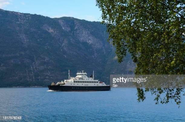 """veerboot svanøy in de sognefjord d in noorwegen tijdens een mooie zomerdag - """"sjoerd van der wal"""" or """"sjo""""nature stockfoto's en -beelden"""