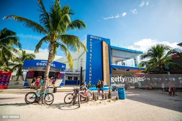 ferry terminal partiendo de playa del carmen con kioscos de venta de boletos, mexico - playa del carmen fotografías e imágenes de stock