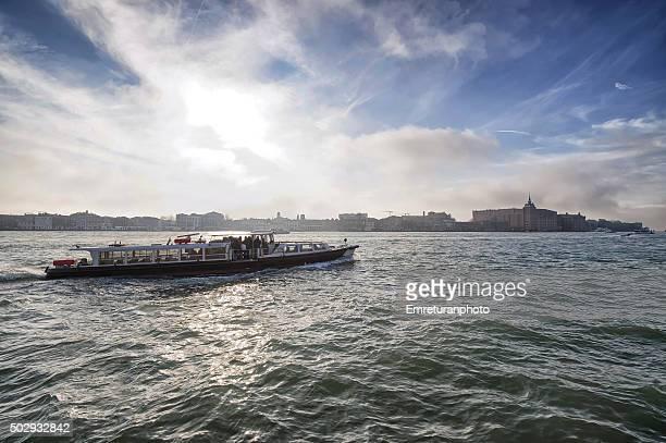 ferry travelling across guidecca canal in venice - emreturanphoto stockfoto's en -beelden