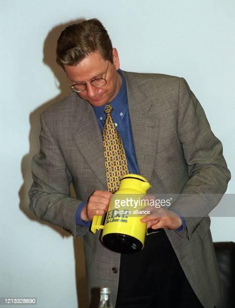 Fest im Griff hat FDP-Generalsekretär Guido Westerwelle am 3.6.1996 zu Beginn der FDP-Präsidiumssitzung in Bonn diese Kaffeekanne mit FDP-Logo. Das...