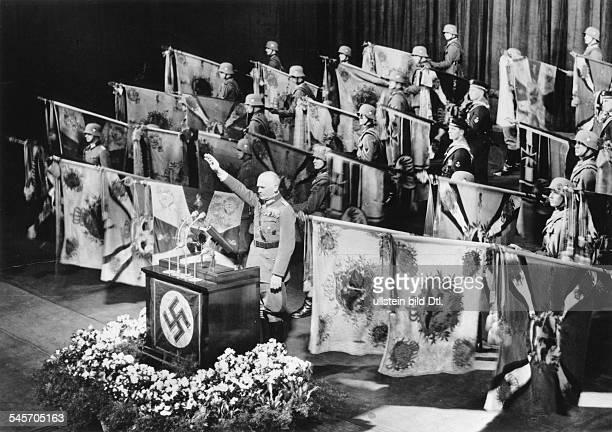 Festakt in der Staatsoper Unter denLinden in Berlin Die Fahnen derehemaligen preussischen Armee und derKriegsmarine werden zum Gedenken an dieToten...