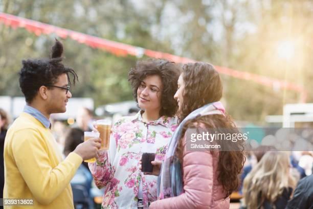 Festival: Freunden einen Drink zusammen