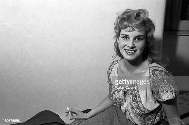 Festival In Rome Actors And Actresses En Italie à Rome en novembre 1952 à l'occasion d'un festival Nadia GRAY actrice fumant une cigarette