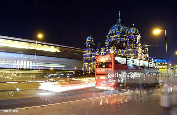 Festival Of Lights - Busse halten vor dem illuminierten Berliner Dom und dem illuminierten Alten Museum am Berliner Lustgarten
