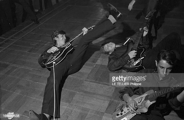 Festival Of Rock'N Roll In Tabarin Paris 30 septembre 1961 Au musichall LE TABARIN des guitaristes jouant allongés sur scène lors d'un concert à...