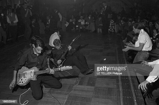 Festival Of Rock'N Roll In Tabarin Paris 30 septembre 1961 Au musichall LE TABARIN des guitaristes jouant assis ou agenouillés sur scène lors d'un...
