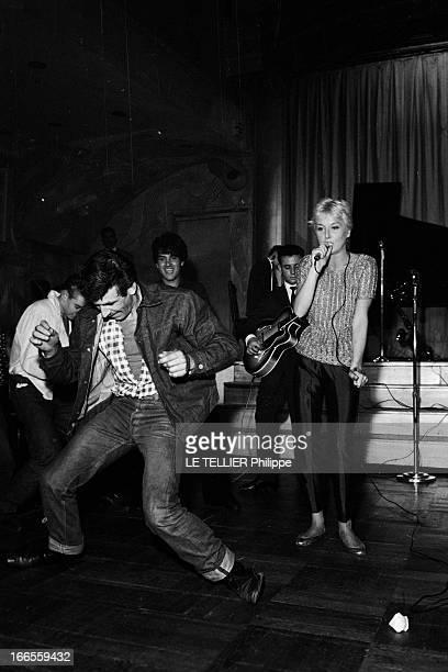 Festival Of Rock'N Roll In Tabarin Paris 30 septembre 1961 Au musichall LE TABARIN un homme du public dansant devant une jeune femme non identifiée...