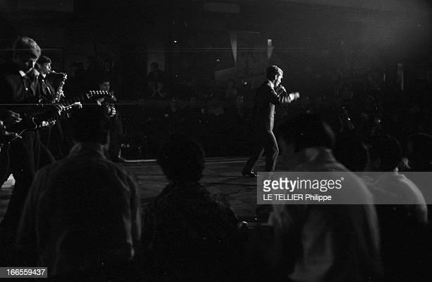Festival Of Rock'N Roll In Tabarin Paris 30 septembre 1961 Au musichall LE TABARIN un homme non identifié chantant sur scène devant le public...