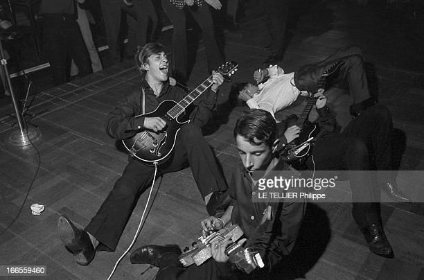 Festival Of Rock'N Roll In Tabarin Paris 30 septembre 1961 Au musichall LE TABARIN un chanteur allongé sur scène près des guitaristes de son groupe...