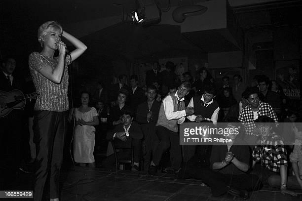 Festival Of Rock'N Roll In Tabarin Paris 30 septembre 1961 Au musichall LE TABARIN une jeune femme non identifiée chantant sur scène devant le public...