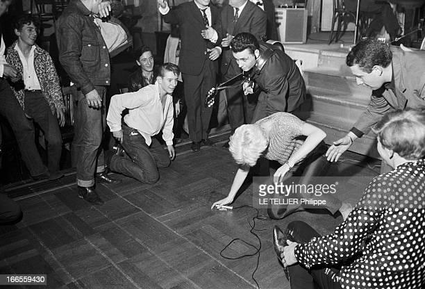 Festival Of Rock'N Roll In Tabarin Paris 30 septembre 1961 Au musichall LE TABARIN une chanteuse non identifiée agenouillée sur scène relevée par ses...