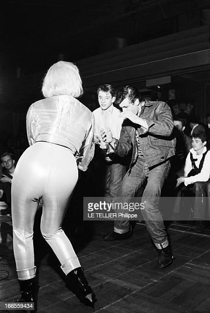 Festival Of Rock'N Roll In Tabarin Paris 30 septembre 1961 Au musichall LE TABARIN une jeune femme non identifiée de dos chantant sur scène devant le...