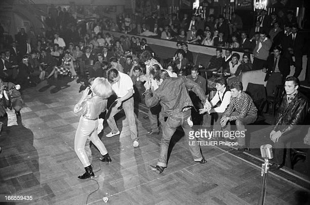 Festival Of Rock'N Roll In Tabarin Paris 30 septembre 1961 Au musichall LE TABARIN une jeune femme non identifiée de dos chantant sur scène à côté...