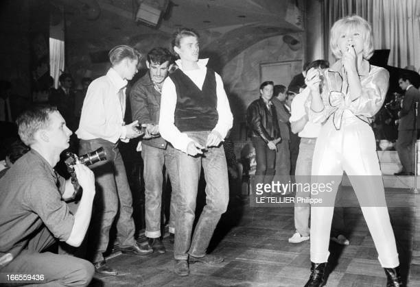 Festival Of Rock'N Roll In Tabarin Paris 30 septembre 1961 Au musichall LE TABARIN une jeune femme non identifiée chantant sur scène à côté d'hommes...