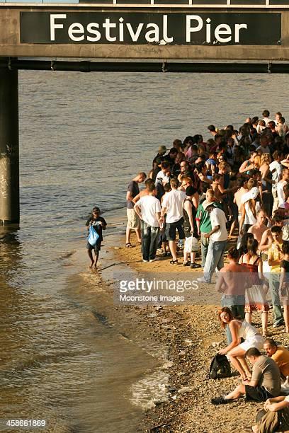 festival pier in london, england - londen stadgebied stockfoto's en -beelden