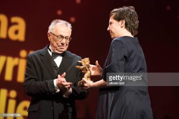 Festivaldirektor Dieter Kosslick und Regisseurin Adina Pintilie mit dem Goldenen Bären für den film TOUCH ME NOT anlässlich der Preisverleihung 68...
