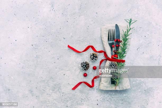 festive christmas place setting and decorations - servet stockfoto's en -beelden