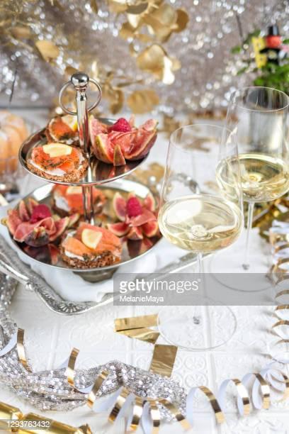 シーフード前菜エタゲレタワーとワインのお祝いのパーティーテーブル - 新年レセプション ストックフォトと画像