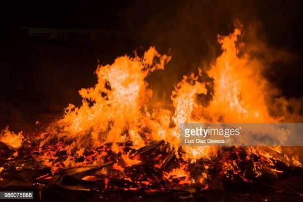 2018 festivities of saint juan - fireman fighting fire - fuego al aire libre fotografías e imágenes de stock
