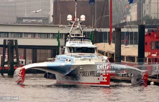 """Festvertäut liegt am 29.9.1998 der britische Trimaran """"Adventurer"""" im Hamburger City-Sporthafen. Der blauweiß-rote Prototyp hält mit 74 Tagen, 20..."""