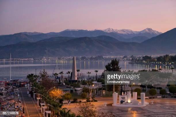 fethiye harbor seafront square view at dawn. - emreturanphoto stock-fotos und bilder