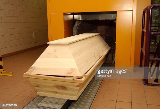 Sarg in der Verbrennungsanlage eines Krematoriums
