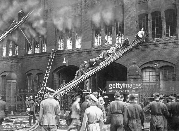 Feuerwehr bei Löscharbeiten am Kulissenhaus des Staatstheaters PrinzFriedrichKarlStrasse