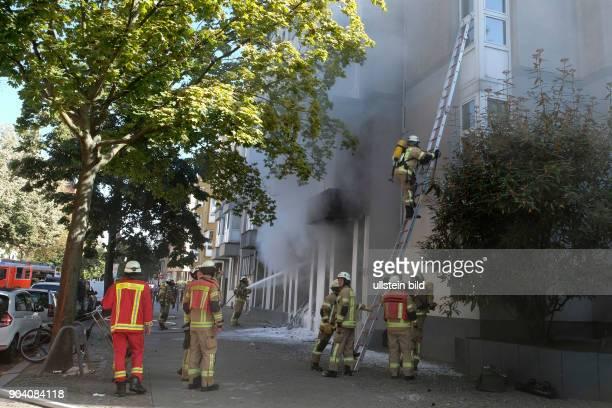 Feuerwehrmann steigt auf einer Steckleiter Berliner Feuerwehr bei Löscharbeiten bei einem Wohnungsbrand in der Soldiner Straße in BerlinWedding vier...