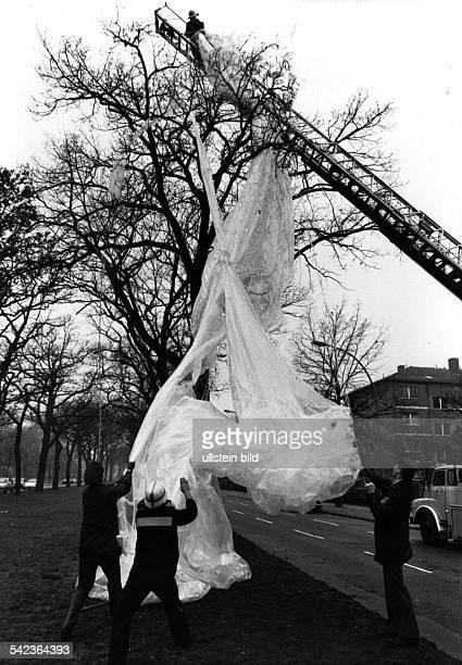 Feuerwehrmänner bergen an der PotsdamerChaussee in BerlinZehlendorf die Hülledes aus Plastikplanen gebauten Ballonsmit dem in der Nacht vom...