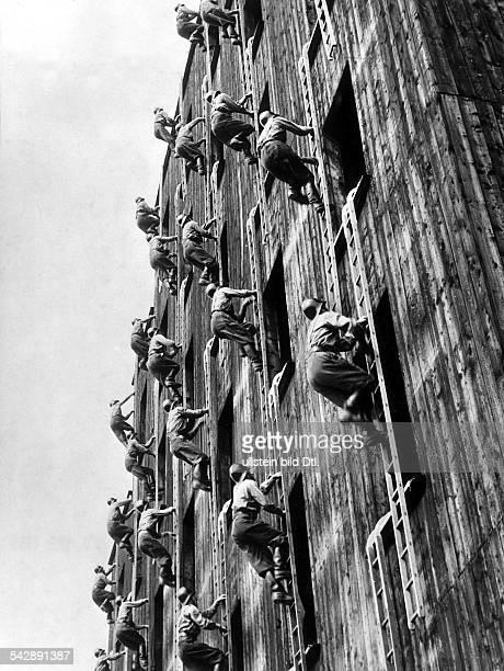 Feuerwehrmänner in Mailand bei einer Feuerwehrübung 1955