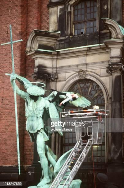 Feuerwehrmänner nähern sich in einem Drehleiterkorb der Leiche eines Selbstmördes um sie zu bergen Der 41jährige Mann hatte sich am 2621990 vom Turm...