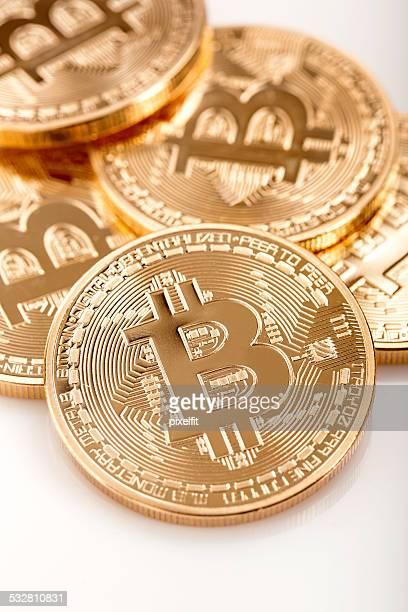 Paar goldene bitcoins auf weißem Hintergrund.