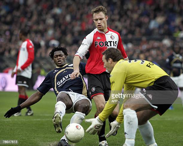 Feyenoordplayer Kevin Hofland and goalkeeper Henk Timmer vie with Sparta Rotterdam's Dele Adeleye during their match 26 December 2007 in Rotterdam...