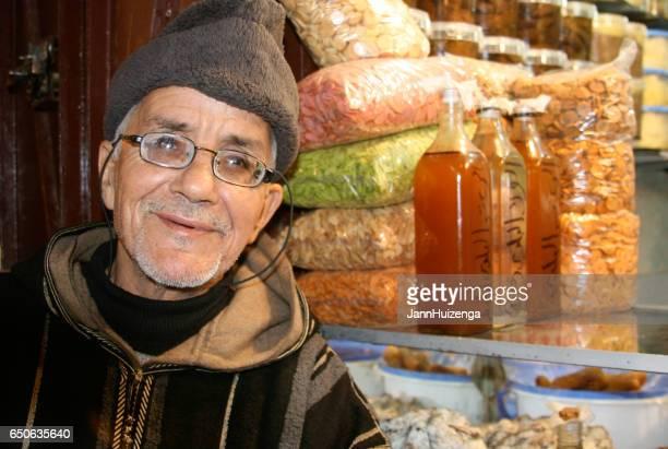 fès, maroc: portrait senior homme en djellaba à médine - homme marocain photos et images de collection