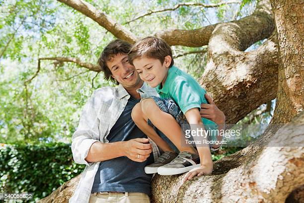 ffather and son (6-7 years) on tree - 6 7 years stock pictures, royalty-free photos & images