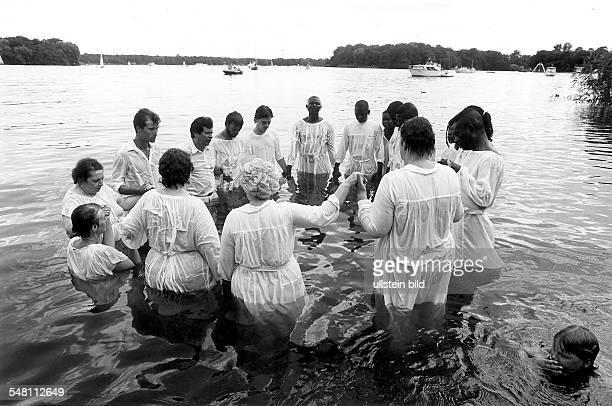 Öffentliche Taufe von Mitgliedern der Berliner Evangelischen Freikirche 'Neue Nazareth Kirche' im Tegeler See 23 Juli 1995