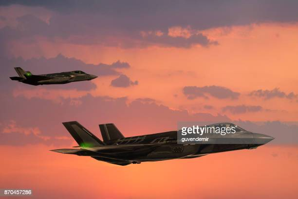 f-35 fıghter jets en vol au coucher du soleil - avion de chasse photos et images de collection