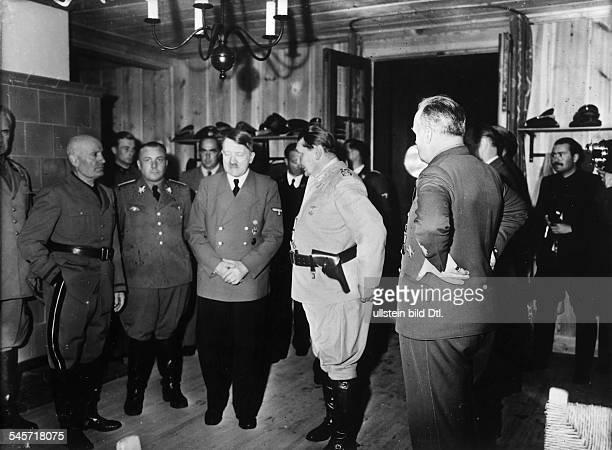 Führerhauptquartier 'Wolfsschanze' beiRastenburg nach demAttentat Adolf Hitler im Gespräch mitRodolfo Graziani Verteidigungsministerund...