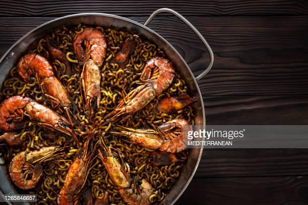 recette de paella de fidegua dans une casserole avec le calmar de crevette et les fruits de mer - culture espagnole photos et images de collection