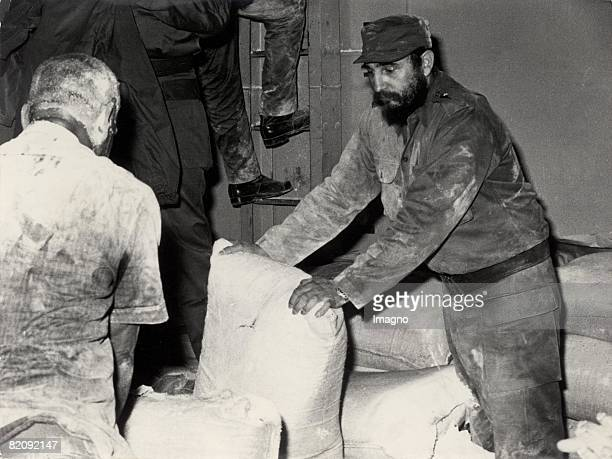 Fidel Castro helps distributing food Cuba Photograph Around 1960 [Fidel Castro hilft bei der Lebensmittelverteilung Kuba Photographie Um 1960]