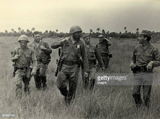 FIdel Castro with soldiers Photograph Around 1960 [Fidel Castro mit Soldaten Kuba Photographie Um 1960]