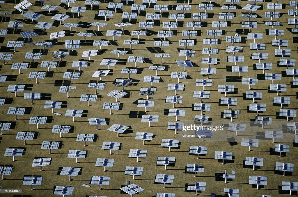 Field of solar-power 10 megawatt heliostat mirrors, Daggett, California : Foto de stock