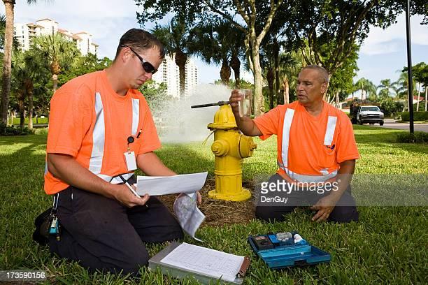 Champ techniciens de faire vérifier la qualité de l'eau