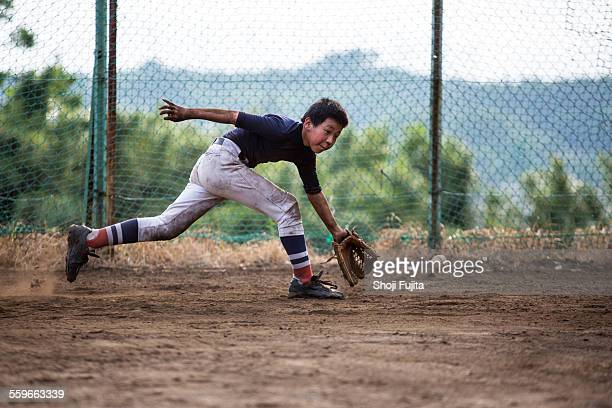 fielding practice in baseball - baseball sport stock pictures, royalty-free photos & images