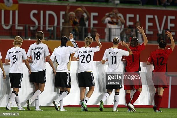 winken zum Abschied den Fans die deutschen Spielerinnen nach dem Ausscheiden Viertelfinale Deutschland Japan 01 FifA Frauen Fussball WM...