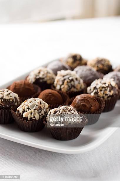 プレートのチョコレートトリュフ