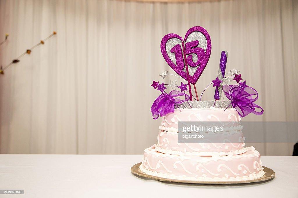 De quinze anos Festa de Aniversário Bolo, rosa e branco. : Foto de stock