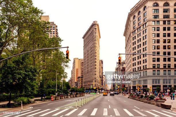 fifth avenue and flatiron building at manhattan, new york city, usa - broadway manhattan - fotografias e filmes do acervo