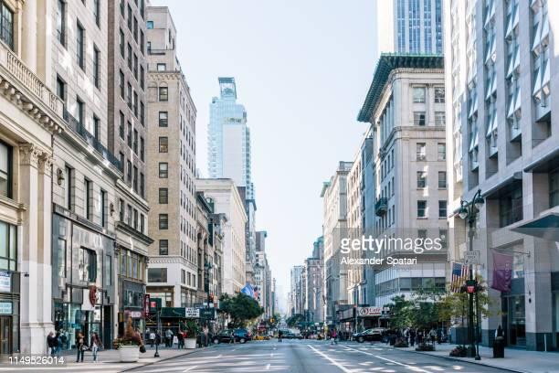 fifth avenue in the morning, new york city, usa - avenida fotografías e imágenes de stock